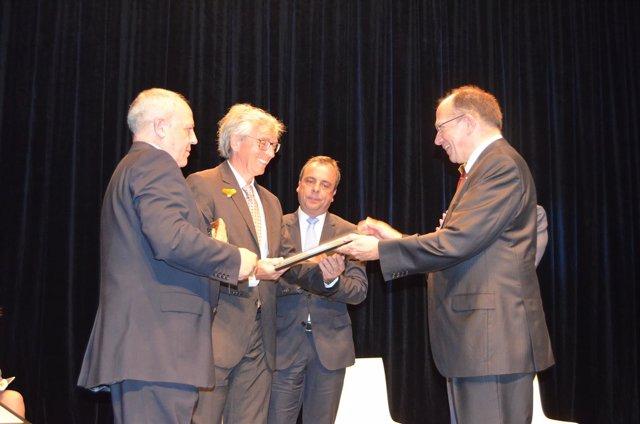 El director de la Fundación Santa María recoge el diploma.