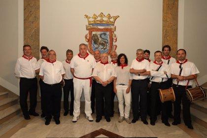 El alcalde homenajea al txistulari Iñaki Letamendía, que este año cumple 50 años tocando en los Sanfermines
