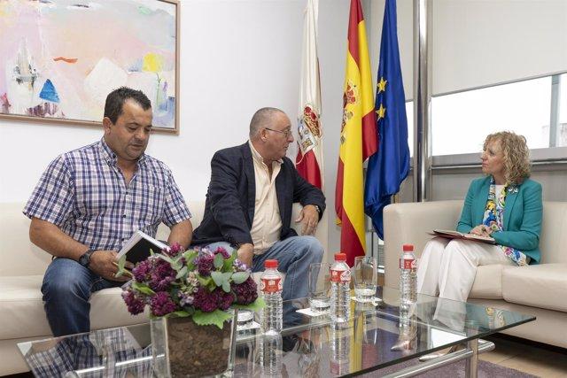 Eva Díaz Tezanos con el alcalde de Villafufre, Marcelo Mateo, y un concejal