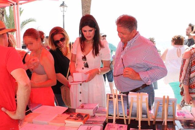 Anastasio Bastida y Miriam Guardiola, en la Feria del Libro