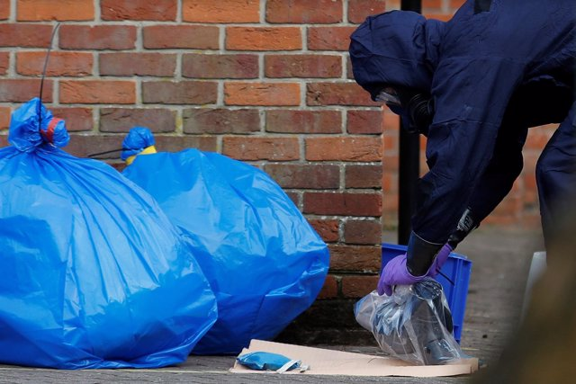 Inspectores con traje NBQ inspeccionan la escena del crimen de Salisbury