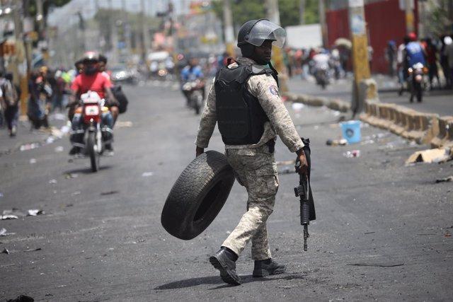 Un policía durante los disturbios en Puerto Príncipe, Haití