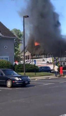 Fuego en un barrio de Virginia donde se ha estrellado un helicóptero