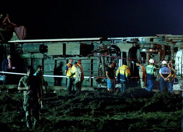 Los equipos de rescate trabajan tras el descarrilamiento de un tren