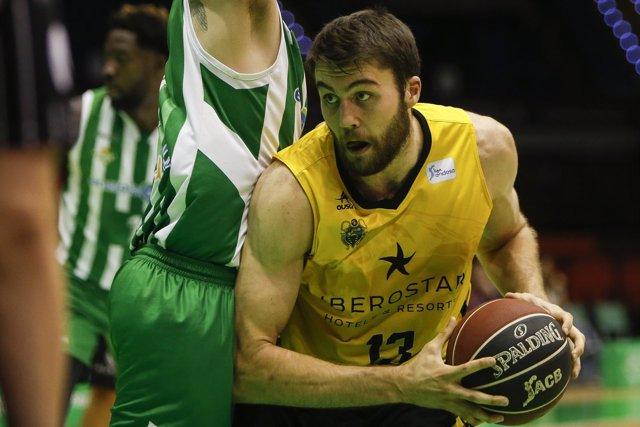 Mike Tobey intenta anotar con el Iberostar Tenerife ante el Real Betis Energía