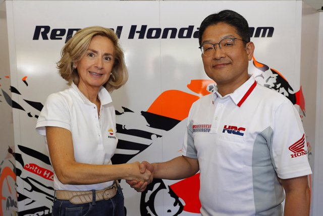 Begoña Elices (Repsol) y presidente de HRC, Yoshishige Nomura