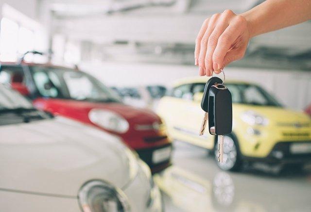 Entrega de un coches, ventas de vehículos, concesionario, llaves, coche nuevo