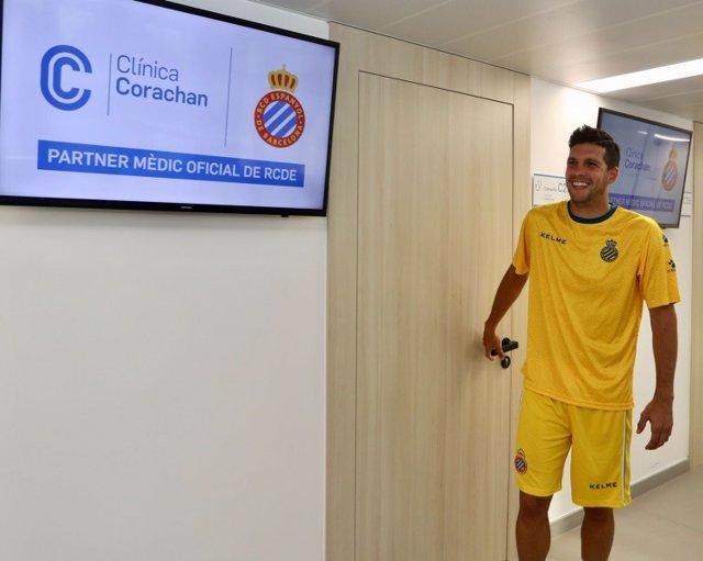 El jugador del RCD Espanyol Javi López pasa la revisión médica