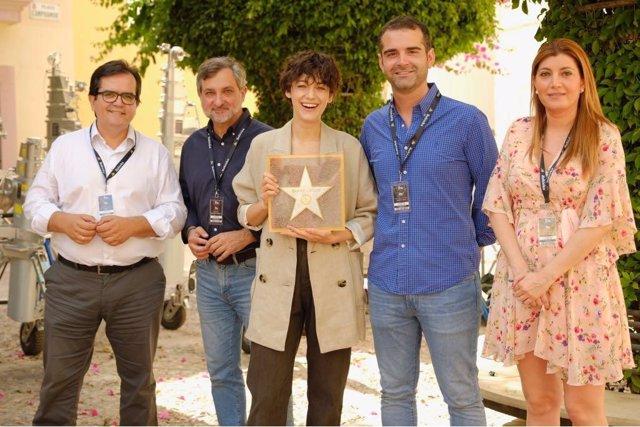 En el centro, la actriz Blake Lively recibe el reconocimiento del Ayuntamiento