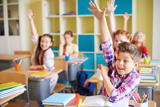 Escolares en un aula con libros de texto