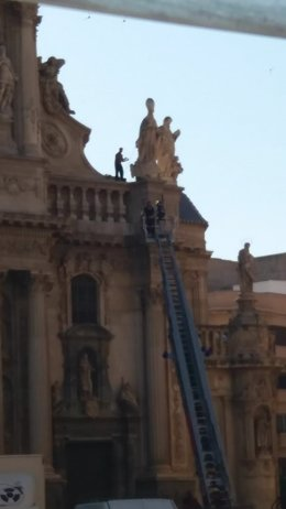 El individuo subido al imafronte de la Catedral de Murcia