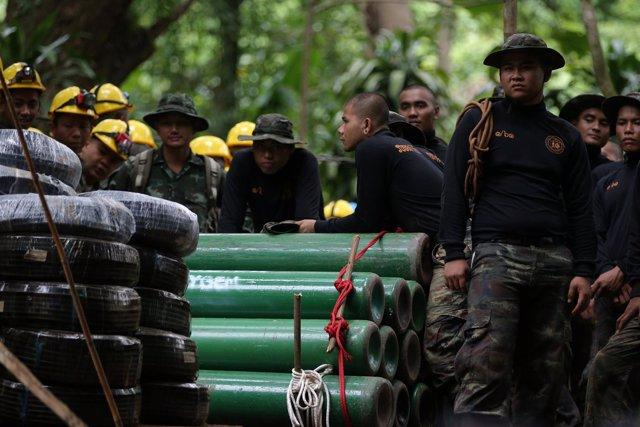 Los equipos de rescate preparan las tareas de salvamento para niños tailandes