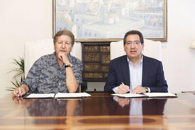 Sami Nair y Antonio Pulido durante la renovación del acuerdo.