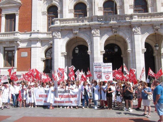 Concentración de trabajadores de ayuda a domicilio en Valladolid