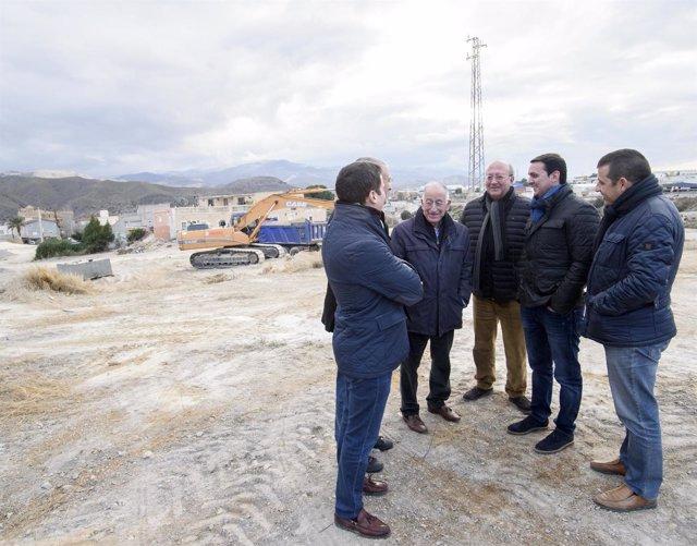 Imagen de archivo de una visita del equipo de gobierno de Diputación a Fines.