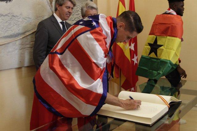 Fernando Torres firmando en el libro de la Comunidad