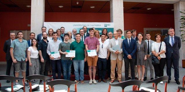 Foto de familia de los premiados y representantes de las instituciones
