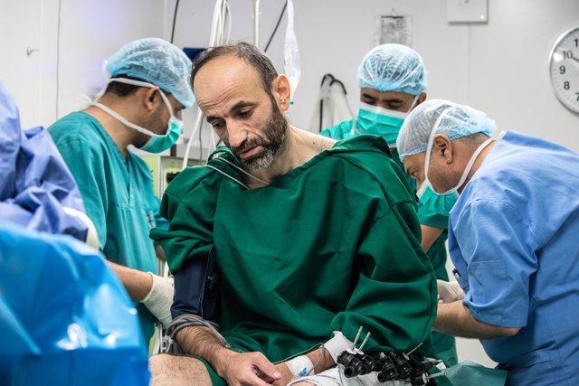 Nashwan, herido de guerra en Mosul, en un hospital de MSF