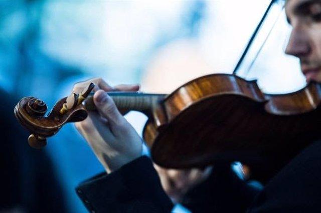 El violinista Rubén Mendoza durante el recital de violín de la Beca Grupo Barcel