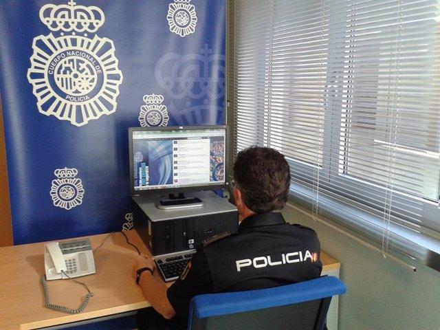 Policía Nacional revisando las redes sociales