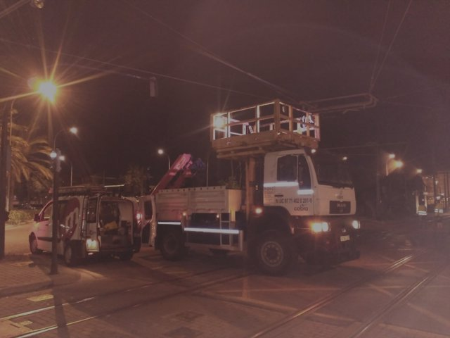 Solucionado el enganchón de la catenaria del tranvía por un camión
