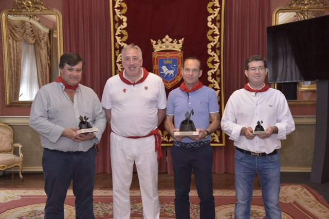 Joseba Asiron, con los premiados de los fuegos artificales de Sanfermines 2017.