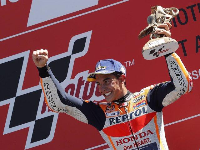 Marc Márquez celebra su victoria en Assen