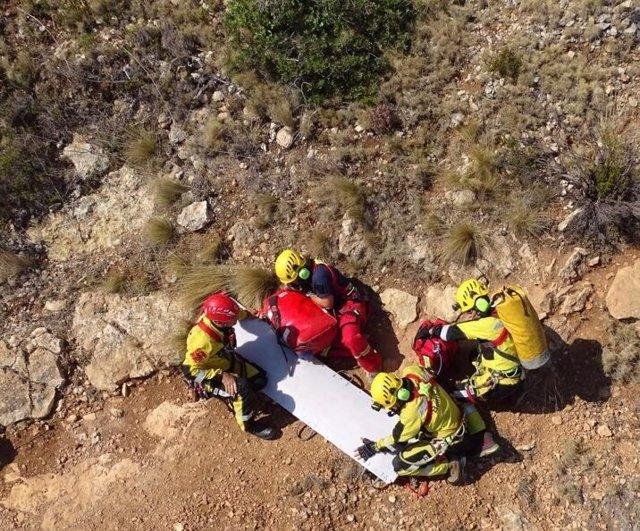 Un instante del rescate del hombre que se ha precipitado en Cova Tallada