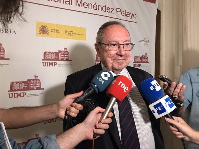 José Luis Bonet hace declaraciones a los medios en la UIMP