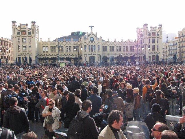 Imagen de archivo de una de las protestas de 2012 frente al Lluís Vives