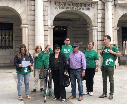 Miembros de la PAH asisten al Congreso para pedir la paralización de los 70.000 desahucios anuales que hay en España