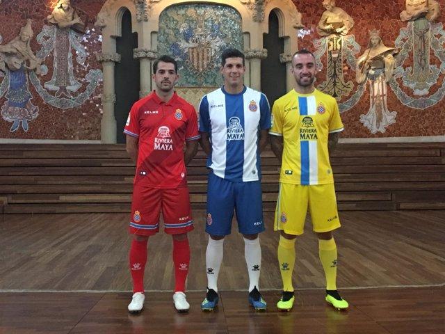 Víctor Sánchez, Javi López y Sergi Darder con las nuevas camisetas del Espanyol