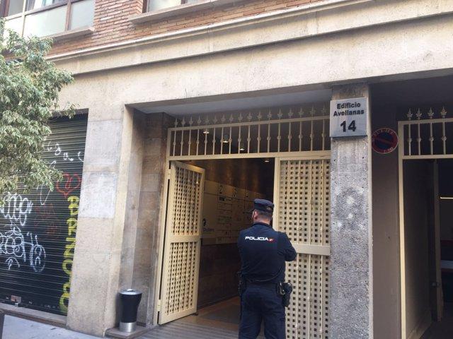 Un agente de Policía en la sede de Divalterra