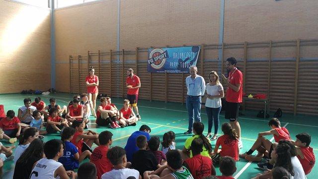 Uno de los talleres de baloncestos para los jóvenes  durante este verano.