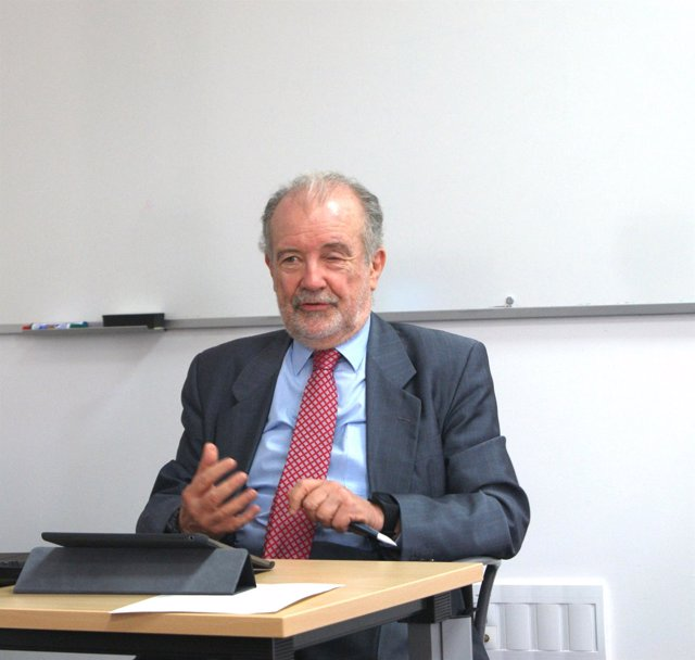 El magistrado Juan Antonio Xiol Ríos en los cursos de verano de la UNIA