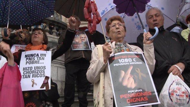 Concentración llevada a cabo por pensionistas frente al Ayuntamiento de Bilbao