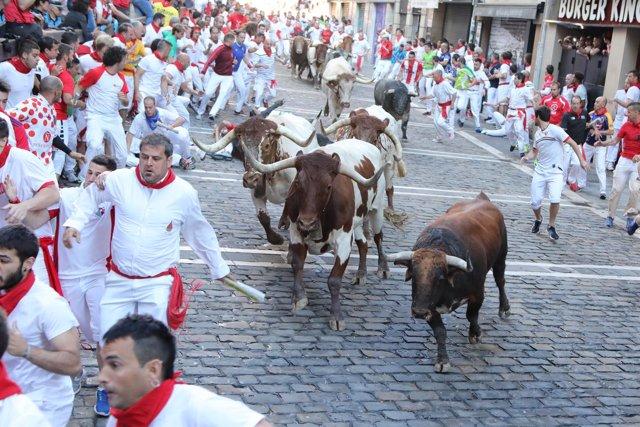 Tercer encierro de Sanfermines con toros de Cebada Gago. Curva de Mercaderes.