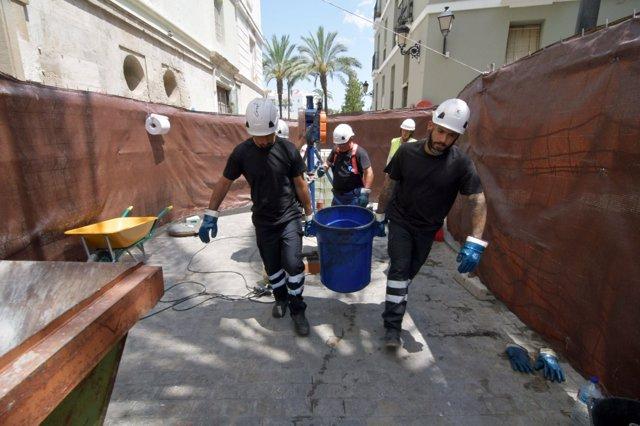 Trabajadores de Aguas de Cádiz limpiando el colector de San Juan de Dios