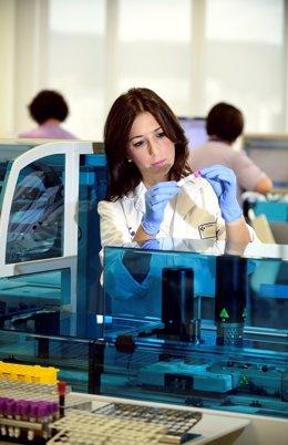 Mujer trabajando en laboratorio