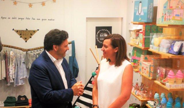 Visita de Rodríguez Miranda a la tienda de una emigrante retornada en Santiago.