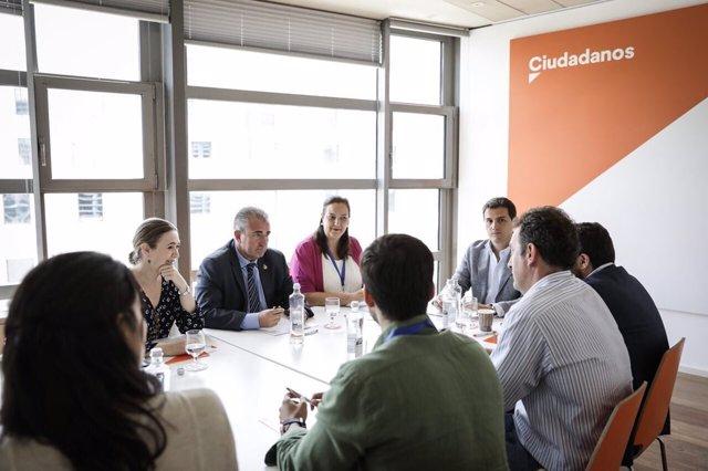 El presidente de Ciudadanos, Albert Rivera, reunido con víctimas del terrorismo