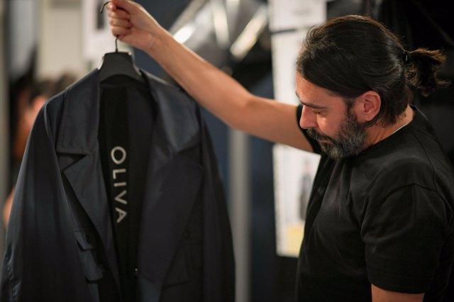 Juanjo Oliva revisa su colección de la MBFWMadrid antes de su exhibición