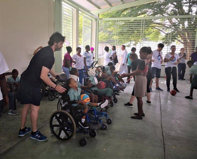 Niños, niñas y otros miembros del a comunidad de Kay Germain en la inauguración