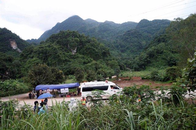 Una ambulancia traslada a los niños rescatados desde la zona de la cueva