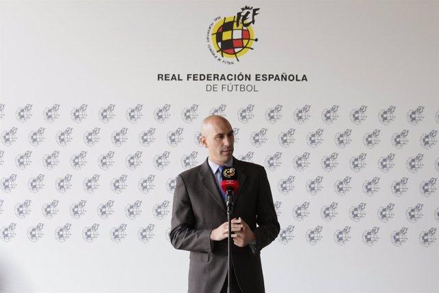 La RFEF enviará a los 12 niños rescatados en Tailandia equipaciones  completas de la selección española 55387acc6d414