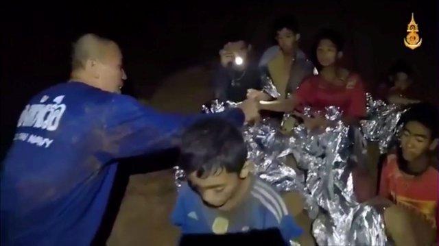 Atienden a los doce niños de un equipo de fútbol atrapados en una cueva