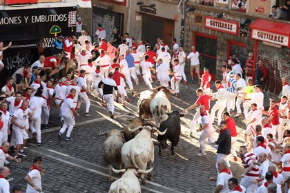 Tres trasladados por contusiones y heridas en el quinto encierro de San Fermín, ninguno por cornada
