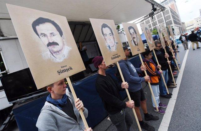 Manifestantes con fotos de las víctimas de la célula neonazi NSU