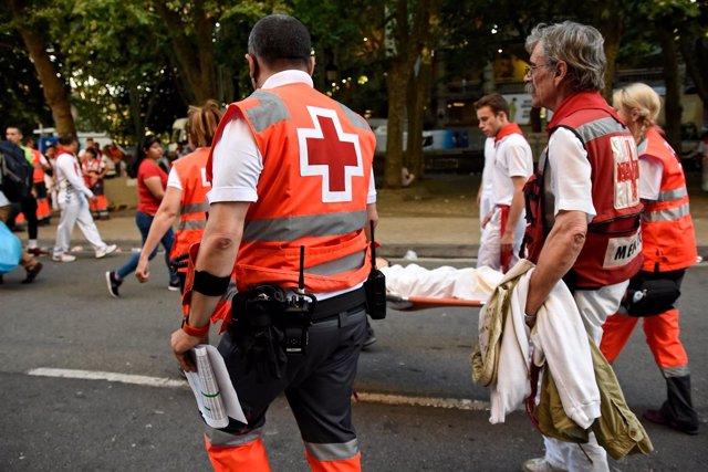 Trabajadores de Cruz Roja durante el encierro