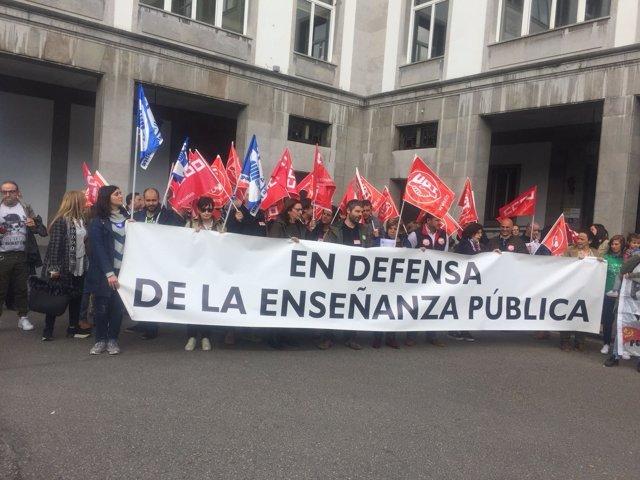 Concentración en Oviedo por la enseñanza pública